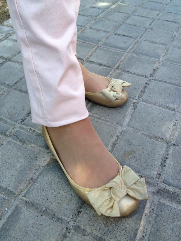 lareinadellowcost la reina del low cost blog de moda barata conjunto primavera 2013 color rosa pastel pantalones el corte ingles camiseta blanca basica chaqueta blanco tricot bolso barato para chica botoncitos.coM2