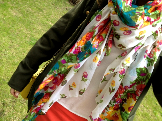 la reina del low cost blog moda barata street style total look outfit primavera 2013 mulaya botoncitos.com pull bear benetton verano makeup maquillaje foulard flores
