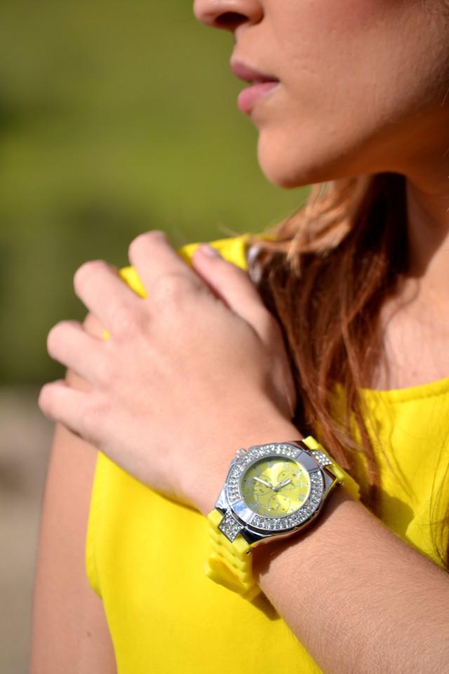 la reina del low cost blog moda barata style outfitt camiseta zara amarilla pantalones bershka blancos sandalias parfois low cost que me pongo comunion 2013 reloj guess regalos agora valencia 1