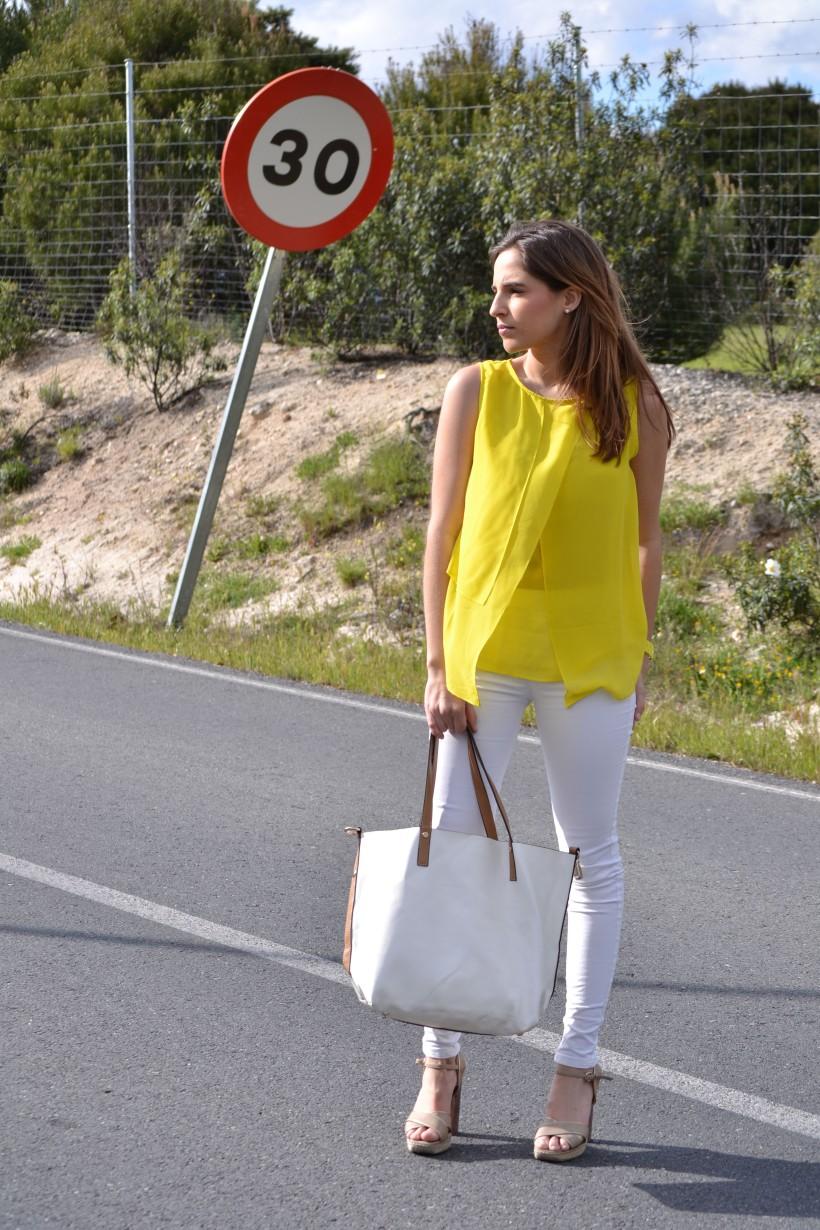 la reina del low cost blog moda barata style outfitt camiseta zara amarilla pantalones bershka blancos sandalias parfois low cost que me pongo comunion 2013 reloj guess regalos agora valencia 4