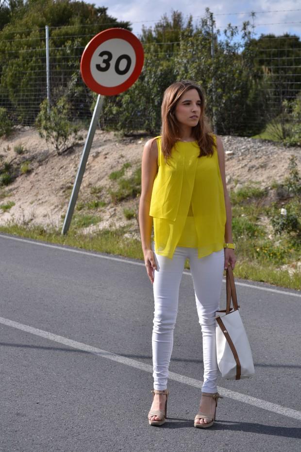la reina del low cost blog moda barata style outfitt camiseta zara amarilla pantalones bershka blancos sandalias parfois low cost que me pongo comunion 2013 reloj guess regalos agora valencia 5
