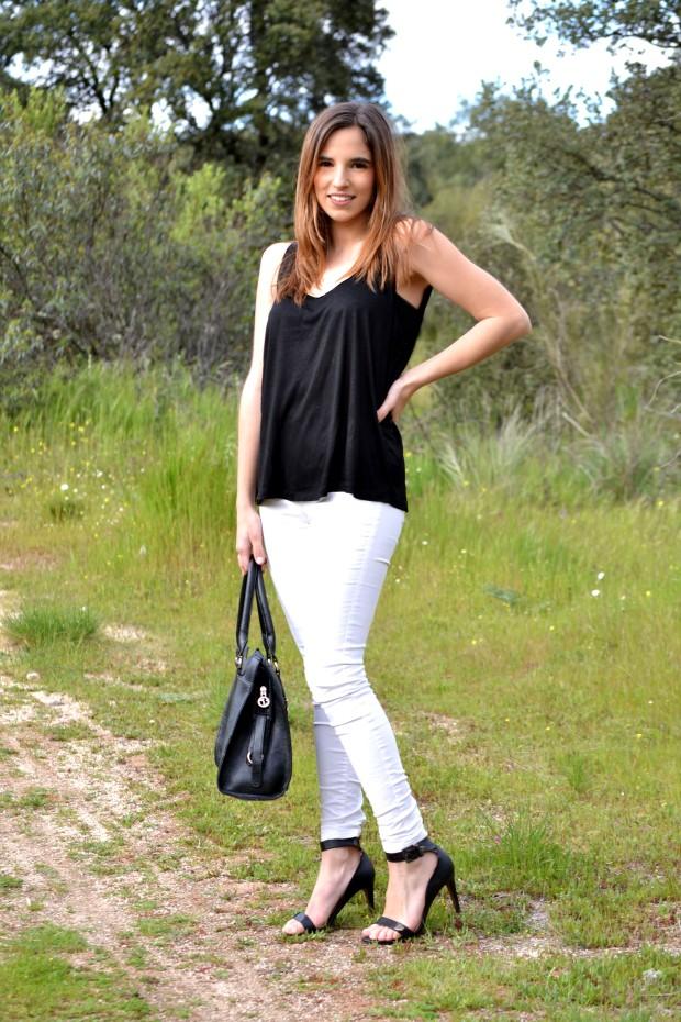 la reina del low cost blog moda barata style outfitt camiseta basica h&m negra pantalones bershka blancos sandalias stradivarius low cost look blanco y negro black and white style primavera verano 2013