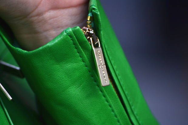 la reina del low cost blog de moda barata blog de moda low cost chaqueta de cuero verde roberto verino pantalon berskha garbo complementos bailarinas verdes bolso botoncitos.com blogger alicante madrid 2