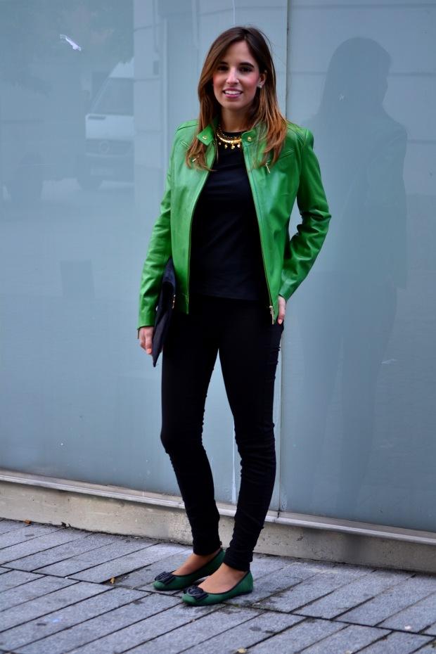 la reina del low cost blog de moda barata blog de moda low cost chaqueta de cuero verde roberto verino pantalon berskha garbo complementos bailarinas verdes bolso botoncitos.com blogger alicante madrid 4