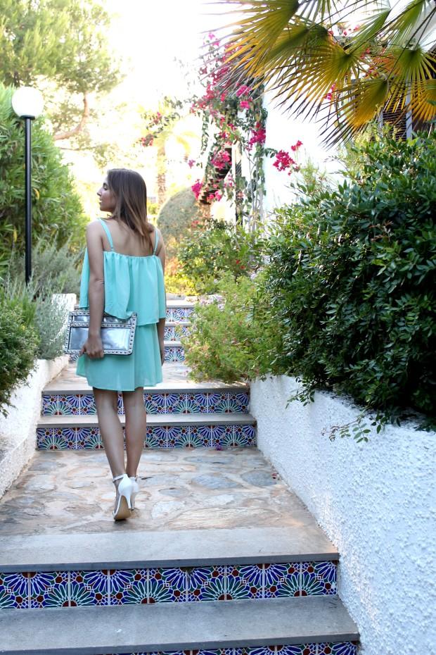 la reina del low cost blog de moda barata ooutfit verano 2013 tendencias vestido aguamarina beloved woman valencia sandalias blancas alicante bolso de mano con tachuelas tendencias verano 2013 3