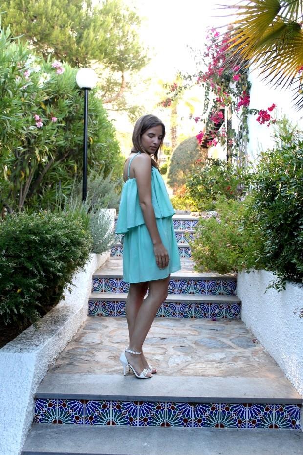 la reina del low cost blog de moda barata ooutfit verano 2013 tendencias vestido aguamarina beloved woman valencia sandalias blancas alicante bolso de mano con tachuelas tendencias verano 2013 4