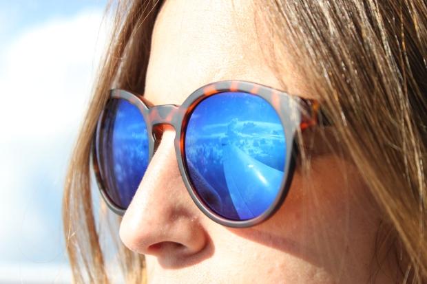 la reina del low cost pilar pascual del riquelme total look para viajar verano 2014 cirrus holanda paris madrid gafas de sol con cristal espejo cerodoscinco  (14)