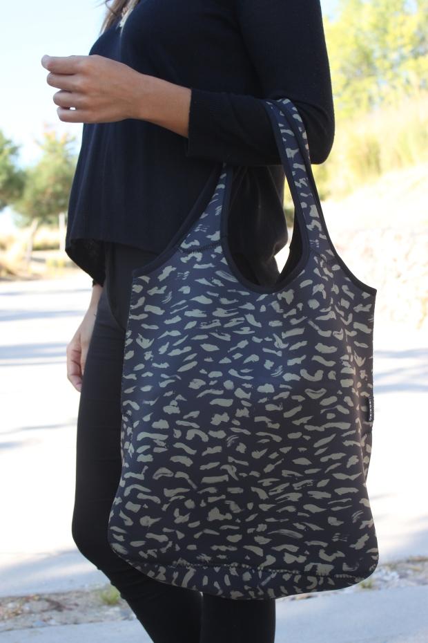 la reina del low cost blog de moda barata pilar pascual del riquelme bolsa reutilizable bolso neopreno oridori diseño marca española total black mulaya zapatos bailarinas negras lazo (4)