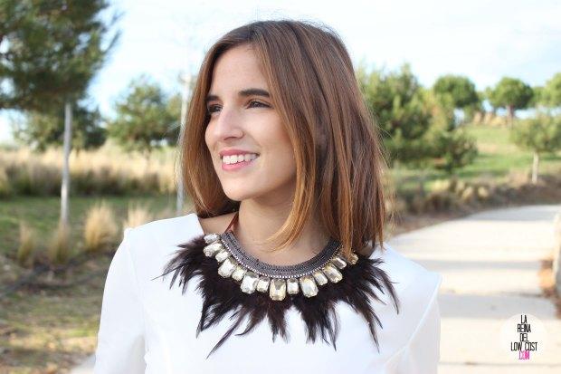 La Reina del Low Cost blog de moda barata vestido blanco volante paula echevarria collar plumas mulaya stilettos negros basicos look para cena de empresa (2)