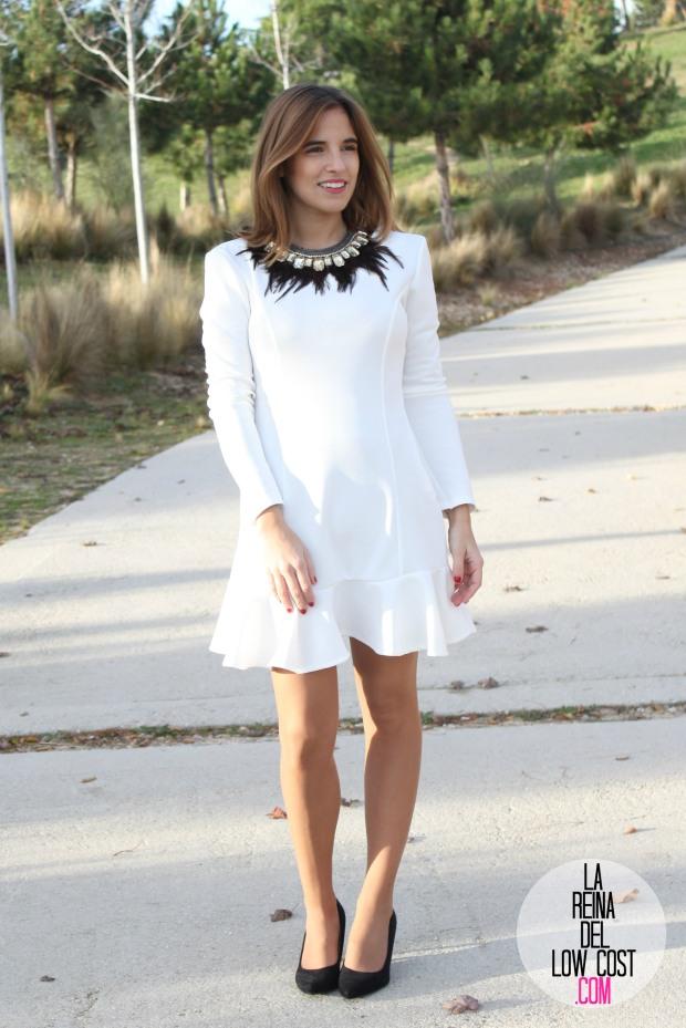 La Reina del Low Cost blog de moda barata vestido blanco volante paula echevarria collar plumas mulaya stilettos negros basicos look para cena de empresa (4)