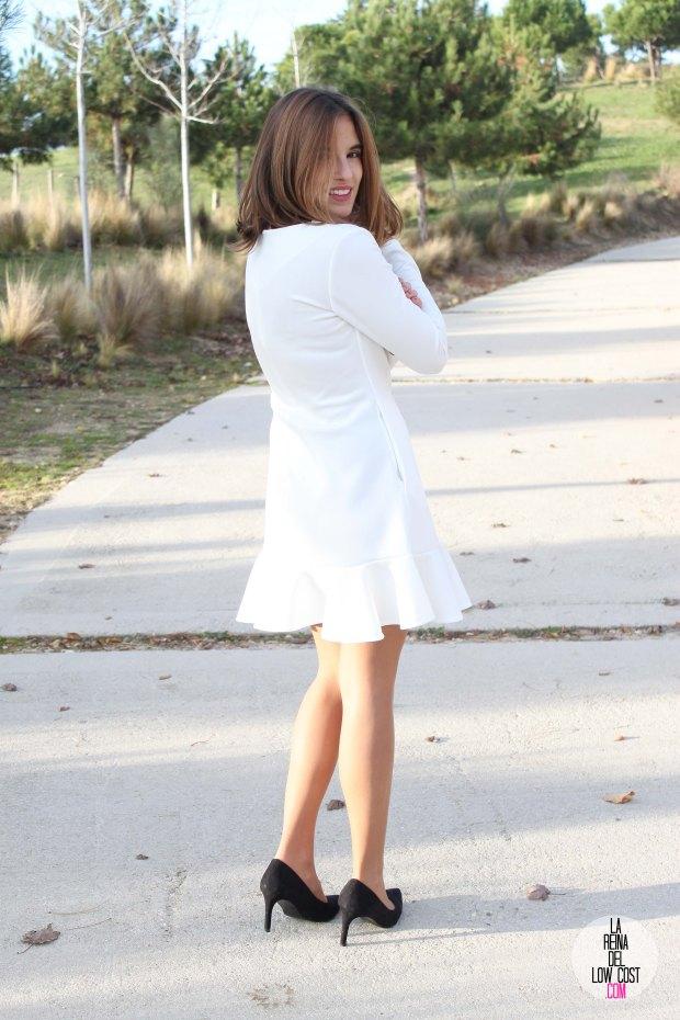 La Reina del Low Cost blog de moda barata vestido blanco volante paula echevarria collar plumas mulaya stilettos negros basicos look para cena de empresa
