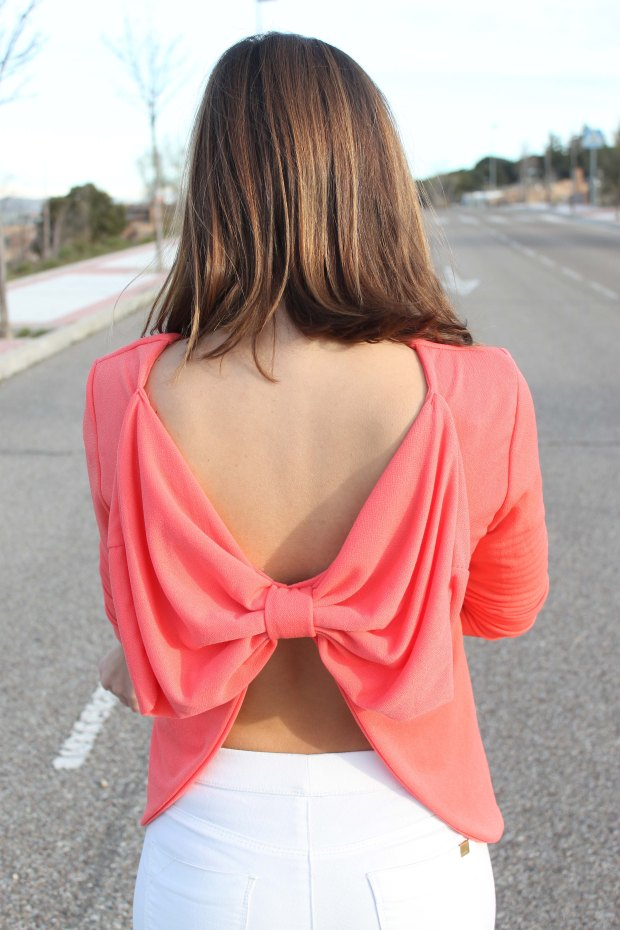 la reina del low cost blusa espalda aire lazo coral primavera verano 2015 chollomoda pilar pascual tienda online ropa barata style outfit coral shirt pantalones blancos elasticos bershka (3)