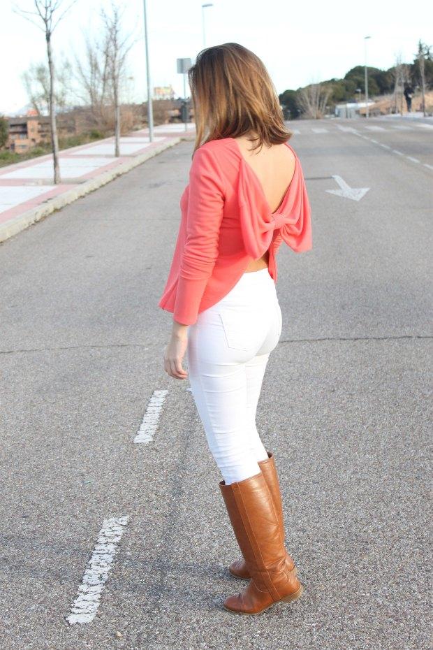 la reina del low cost blusa espalda aire lazo coral primavera verano 2015 chollomoda pilar pascual tienda online ropa barata style outfit coral shirt pantalones blancos elasticos bershka (5)