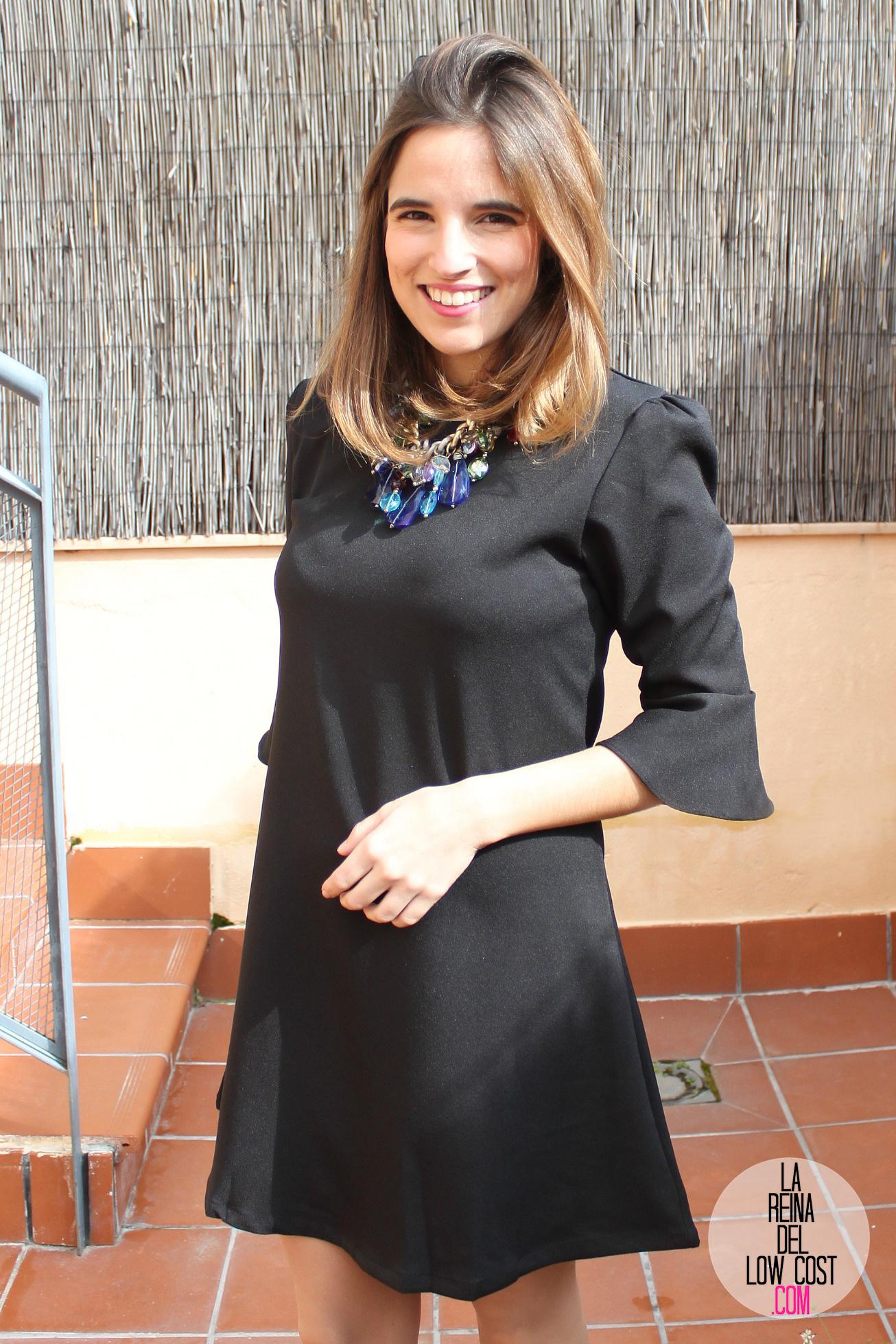 Vestido negro con chaqueta coral