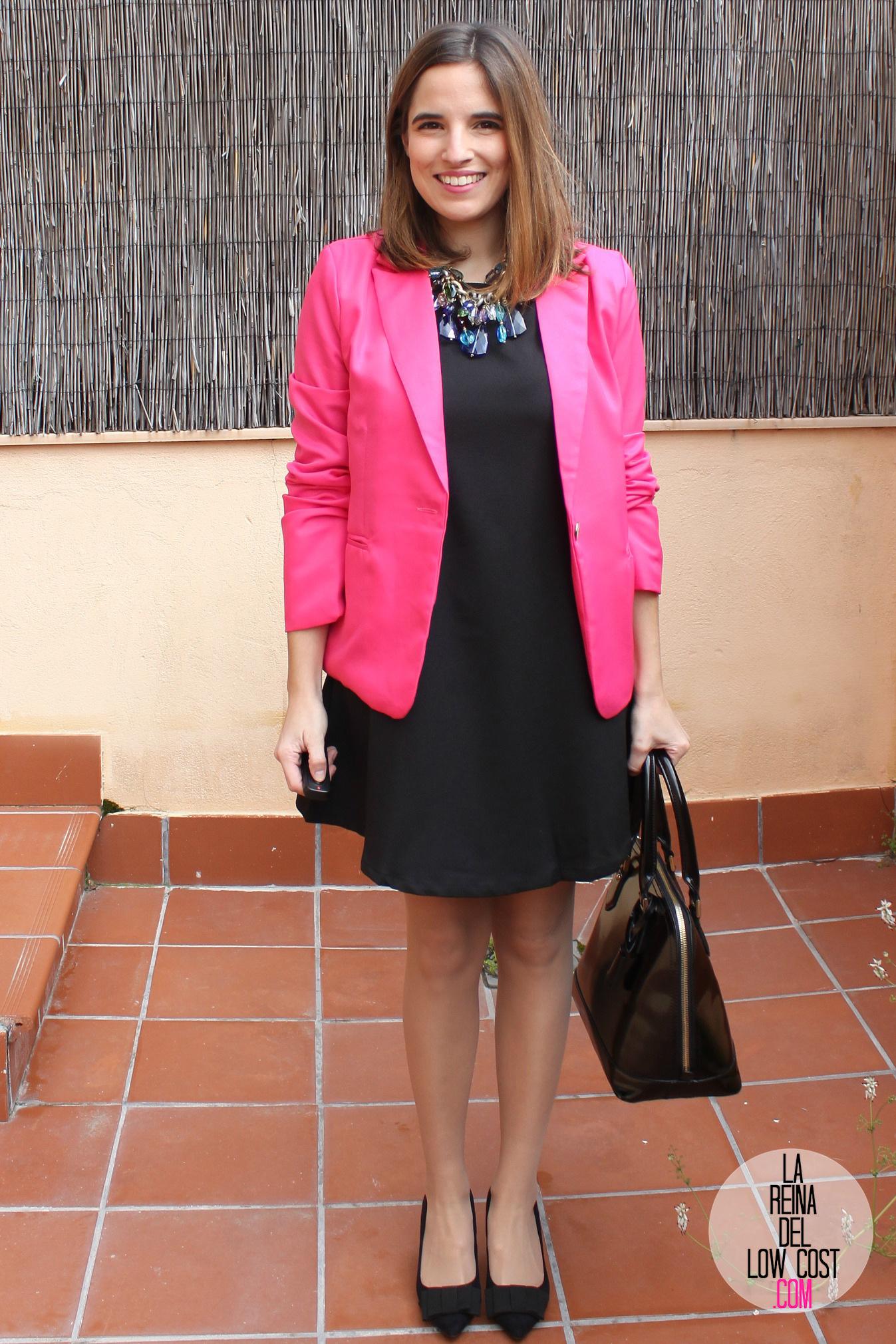 Vestido negro con blazer rosado