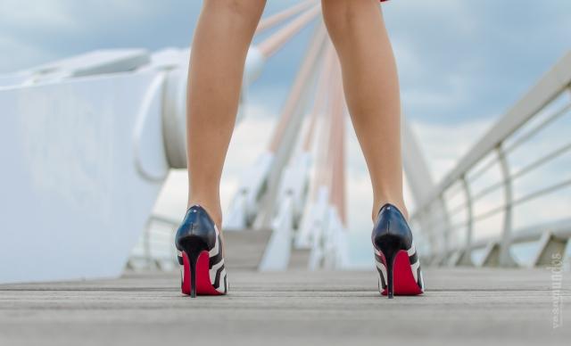 la reina del low cost vestido rojo neopreno tacones blanco negro rayas chollomoda fernando ortega fotografo madrid tacon y medio look para una cita factiry outlet malaga blanco stock roberto verino (4)