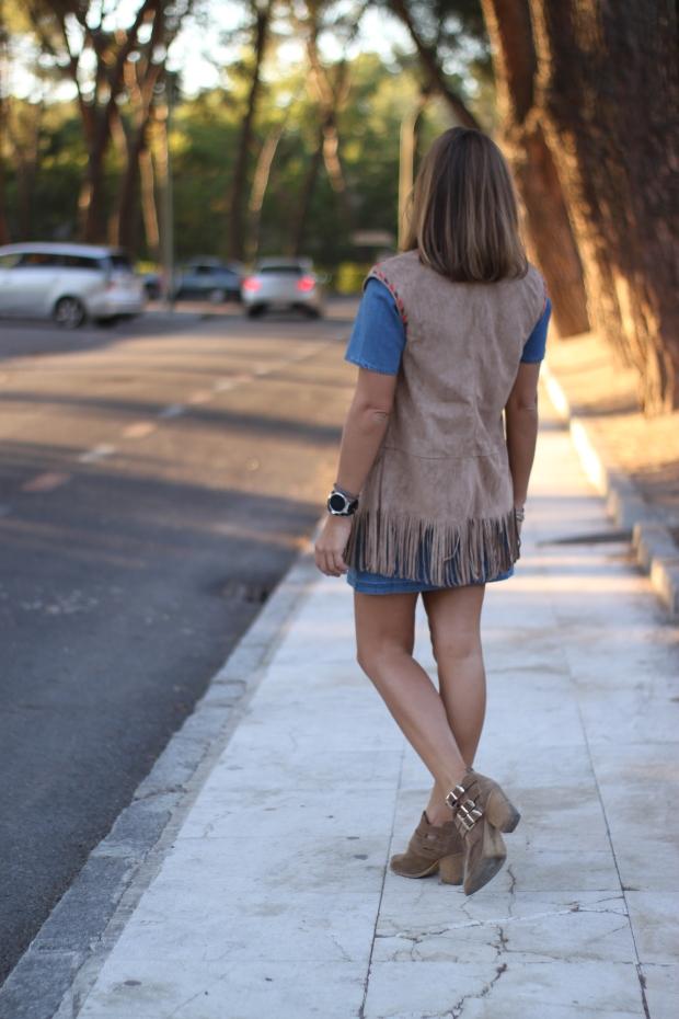 la reina del low cost vestido vaquero mulaya chaleco flecos etnico otoño 2015 elvestidordelamoda tienda online barata blog de moda look vestido botines pull and bear pilar pascua (5)
