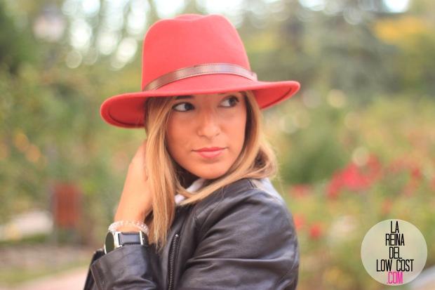 la reina del low cost blog de moda look otoño 2015 informal pingleton hats sombrero rojo impermeable vaqueros zara camisa chaqueta cuero negra desigual botines mulaya (3)