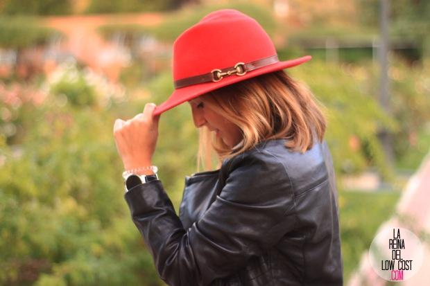 la reina del low cost blog de moda look otoño 2015 informal pingleton hats sombrero rojo impermeable vaqueros zara camisa chaqueta cuero negra desigual botines mulaya (5)