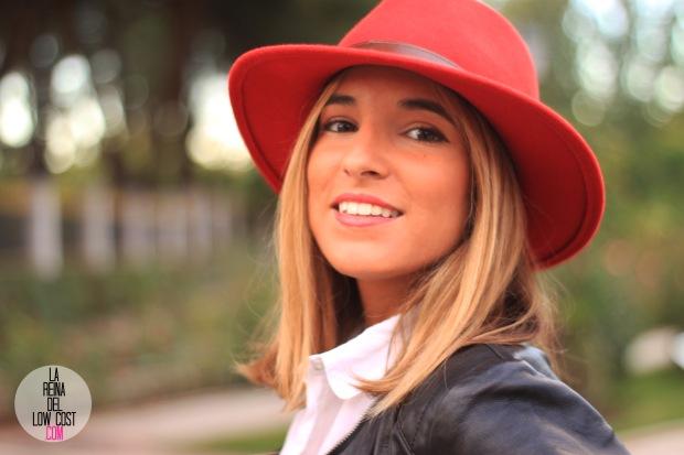 la reina del low cost blog de moda look otoño 2015 informal pingleton hats sombrero rojo impermeable vaqueros zara camisa chaqueta cuero negra desigual botines mulaya