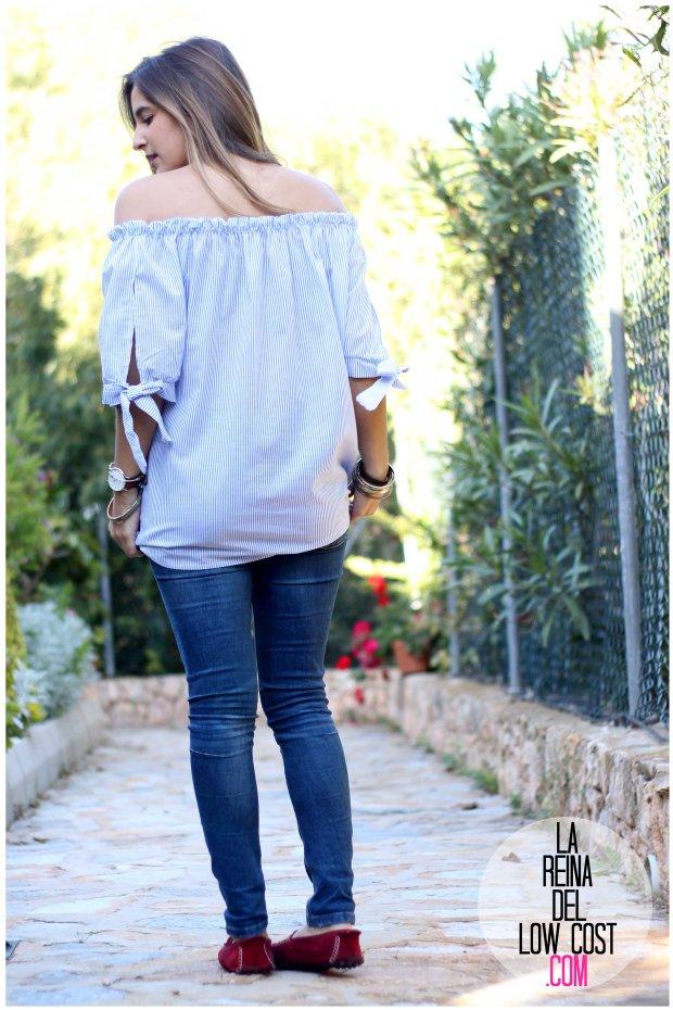 la reina del low cost look primavera verano 2016 prenda tendencia blusa hombros descubiertos lazos miryam m&l moda complementos rayas azul claro vaqueros zara trafaluc (9)