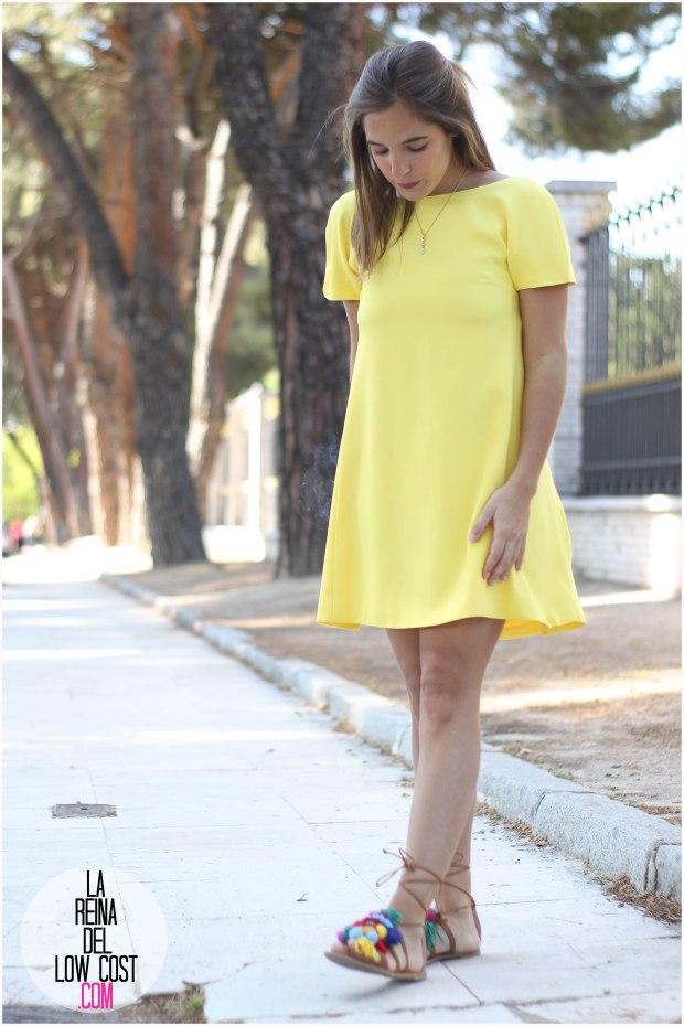 la reina del low cost blog blogger fashion pilar pascual del riquelme blogger madrid mexico mexican cancun españa vestido amarilla espalda al aire sandalias con madroños pompones fleco primavera verano 2016 zara