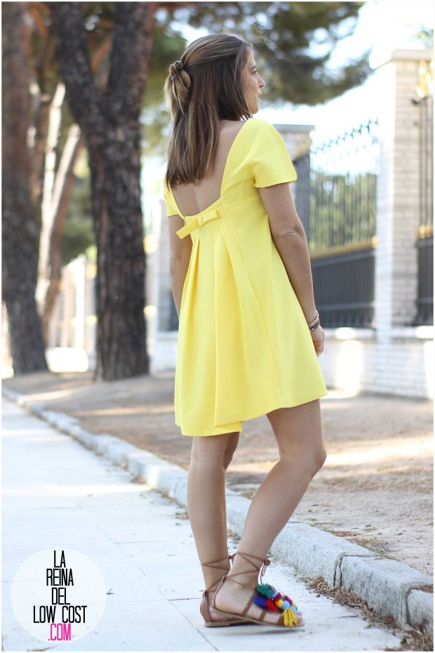 la reina del low cost blog blogger fashion pilar pascual del riquelme blogger madrid mexico mexican cancun españa vestido amarilla espalda al aire sandalias con madroños pompones fleco (5)