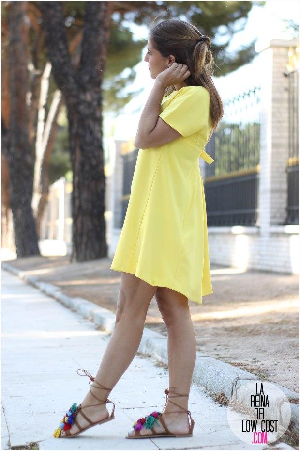la reina del low cost blog blogger fashion pilar pascual del riquelme blogger madrid mexico mexican cancun españa vestido amarilla espalda al aire sandalias con madroños pompones fleco (4) primavera verano 2016 zara