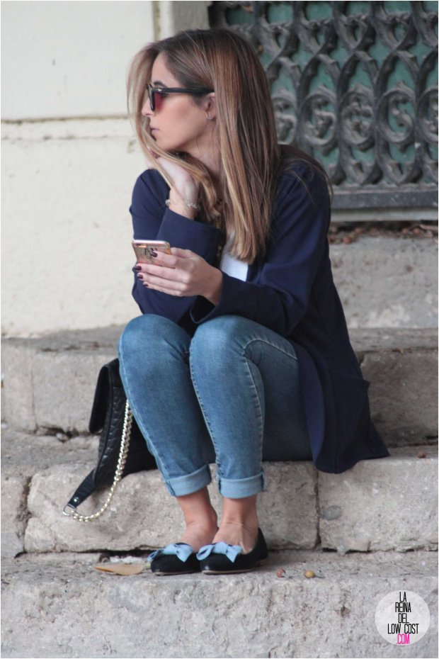 la reina del low cost blog de moda barata style outfit otoño invierno 2016 2017 blazer azul marino vaqueros aliexpress camiseta basica blanca H&M collar plumas largo baroc complementos lourdes moreno tienda online roberto verino bolso gafas wolfnoir clio blogger moda españa mexico total look ideas para vestir